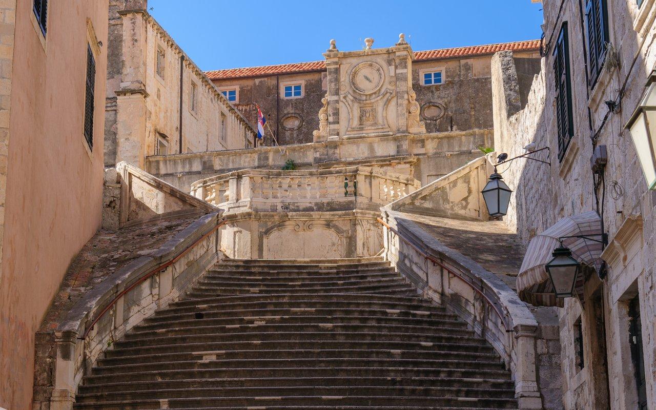 Les escaliers menant au monastère Saint Ignatius à Dubrovnik