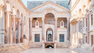 Le Péristyle du Palais du Dioclétien à Split en Croatie