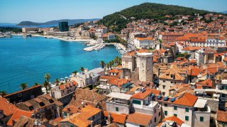 La vieille ville de Split et la colline Marjan en Croatie