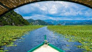 navigation en bateau sur le lac de skadar au Montenegro