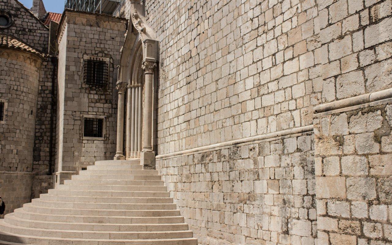 Les escaliers du monastère dominicain à Dubrovnik en croatie